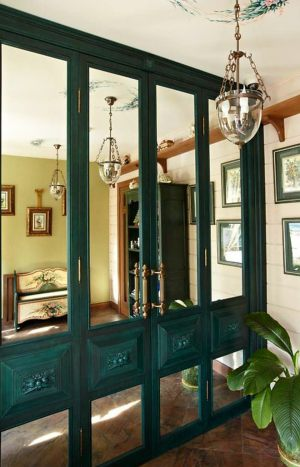 Распашные двери филенкой и декоративными накладками Черногорск
